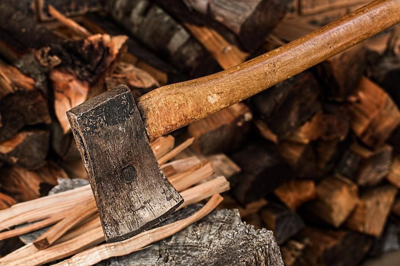 Brennholz hacken. Unterstützung bei der Verarbeitung von Ihrem Holz zu Feuerholz.