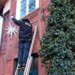 Tannenbaum und Weihnachtsbeleuchtung für ein festliches Zuhause